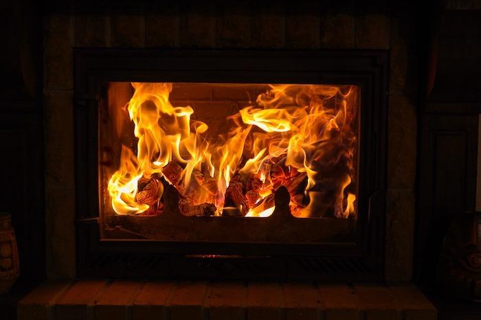 bois de chauffage feu foyer flamme cendre photo StockSnap via Pixabay CC0