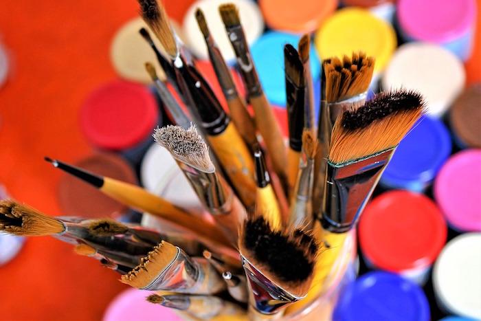 arts visuels pinceaux couleurs photo HoliHo via Pixabay CC0 et INFOSuroit