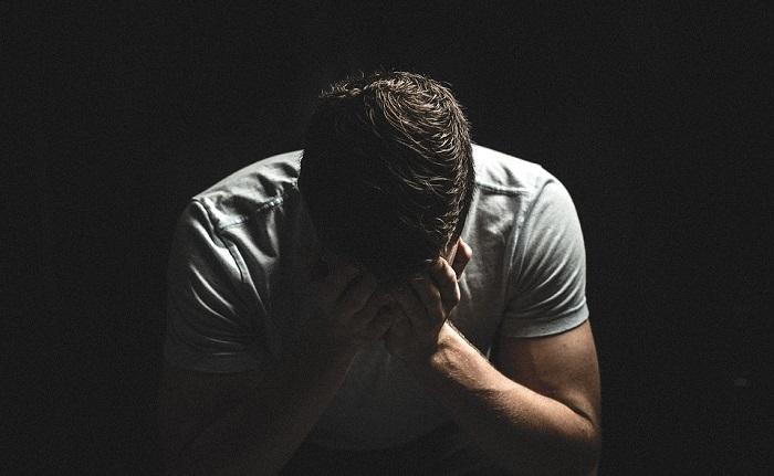 detresse souffrance depression homme photo StockSnap via Pixabay CC0 et INFOSuroit