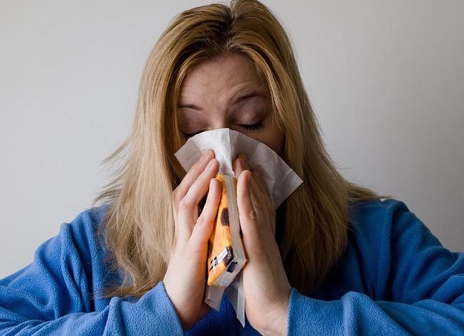 femme grippe rhume mouchoir kleenex photo Mojpe via Pixabay CC0 et INFOSuroit