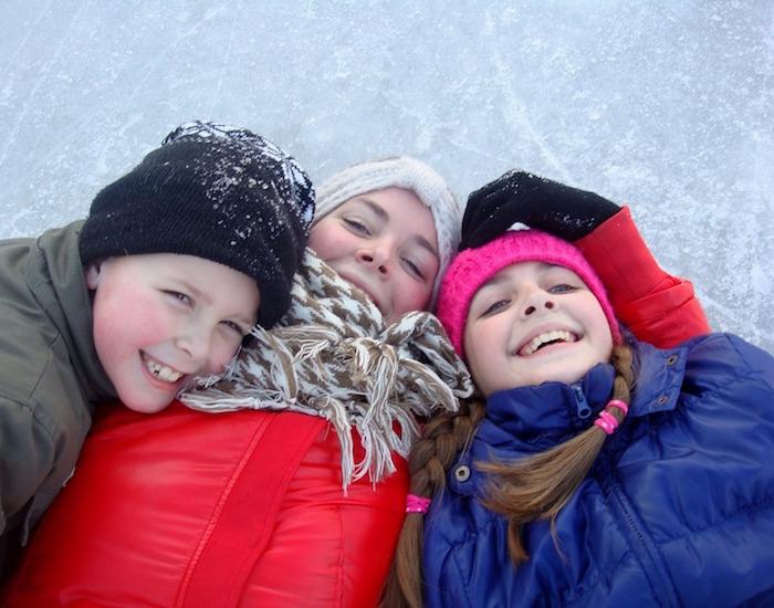 patinage enfants rire hiver habit de neige photo Riala courtoisie Pixabay CC0 et INFOSuroit