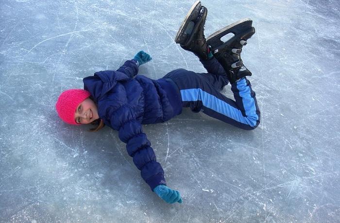 patinage glace hiver patin fille rire photo Riala via Pixabay CC0 et INFOSuroit_com