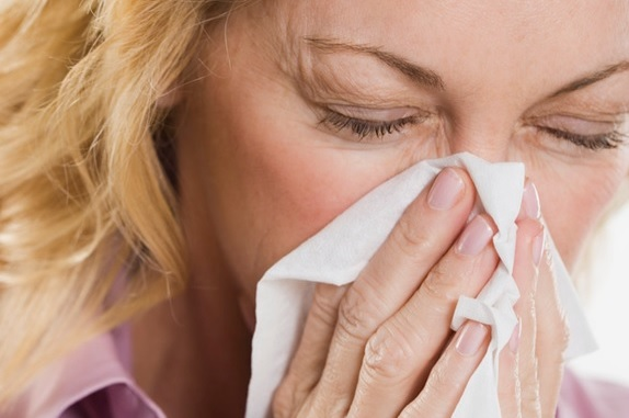 rhume grippe mouchoir kleenex femme maladie photo CPA via INFOSuroit
