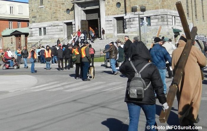 Marche du Pardon vendredi saint valleyfield marcheurs croix photo INFOSuroit