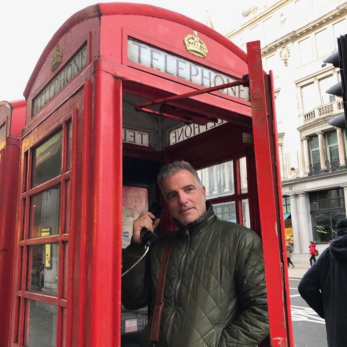MikeGauthier dans cabine telephonique a Londres photo courtoisie publiee par INFOSuroit