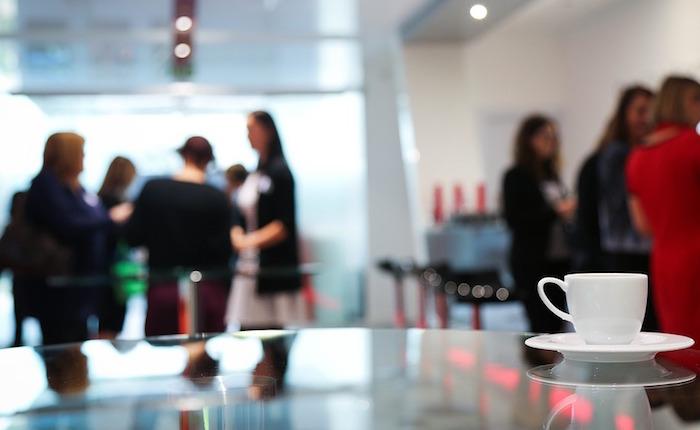 dejeuner conference cafe formation reseautage photo Cozendo via Pixabay et INFOSuroit