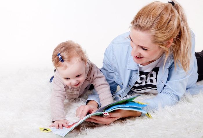 enfant bebe adulte maman lecture rire photo SzymonPacek via Pixabay CC0 et INFOSuroit