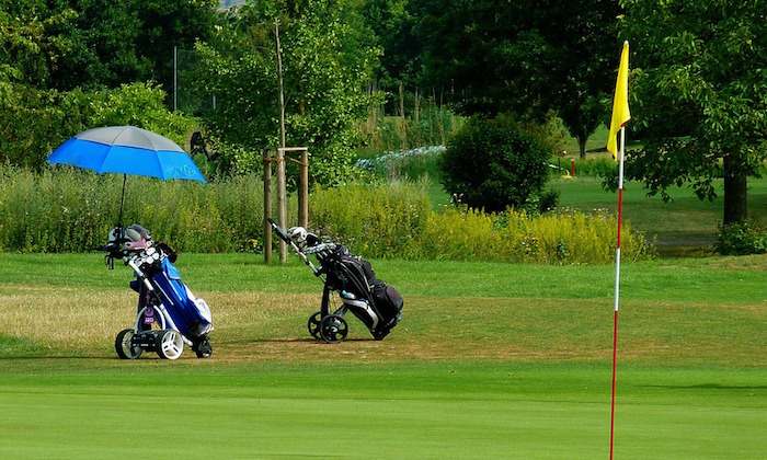 golf sacs de golf vert gazon soleil photo Moritz320 via Pixabay CC0 et INFOSuroit