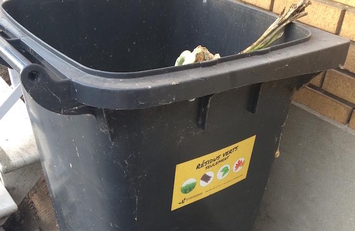 Bac-recuperation-de-collecte-residus_verts-avec-autocollant-Ville-Valleyfield