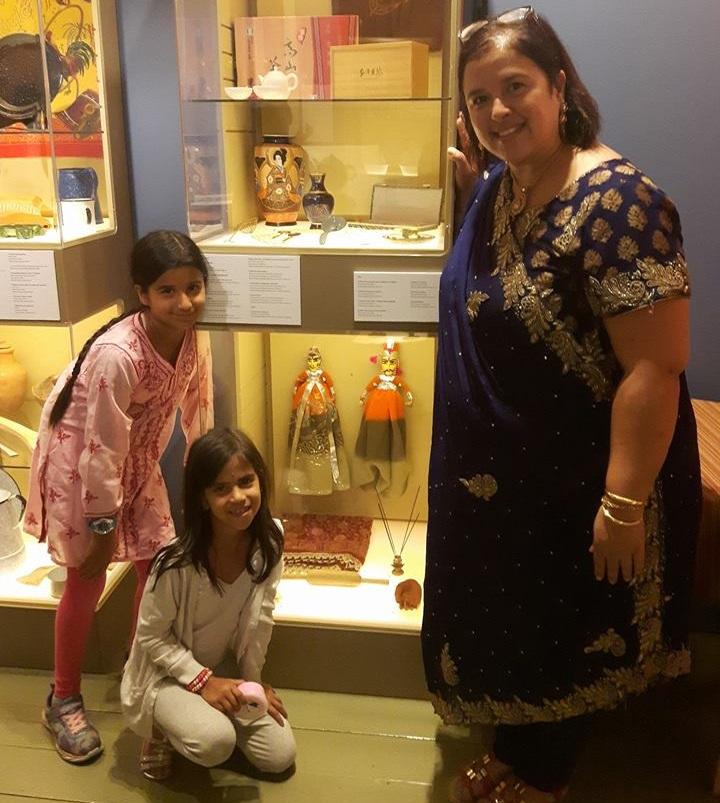 JasmineSharma conference en lien avec expo Art de la table Photo JS avec ses filles via MRVS
