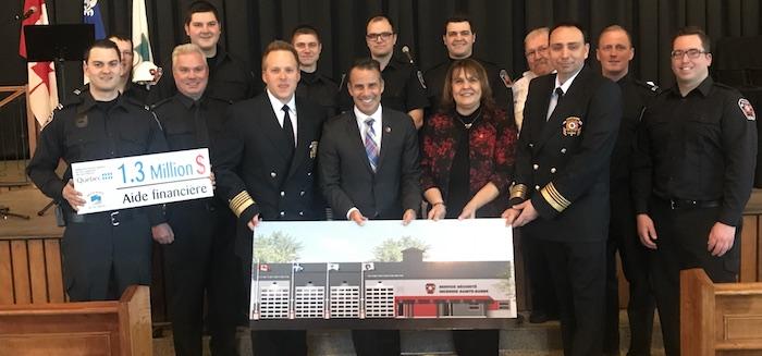 annonce caserne pompiers Ste-Barbe ministre mairesse et pompiers Photo courtoisie SB