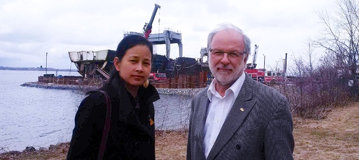 deputee Anne Quach avec le maire de Beauharnois Bruno Tremblay devant Kathryn Spirit photo courtoisie