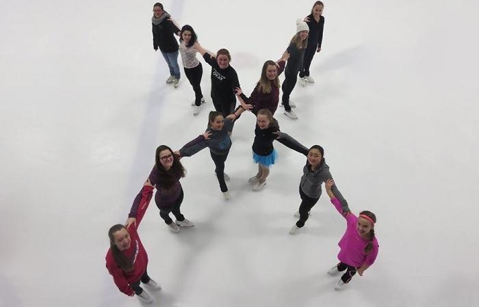 des patineurs du CPA de Beauharnois en vue de la revue sur glace 2018 photo courtoisie