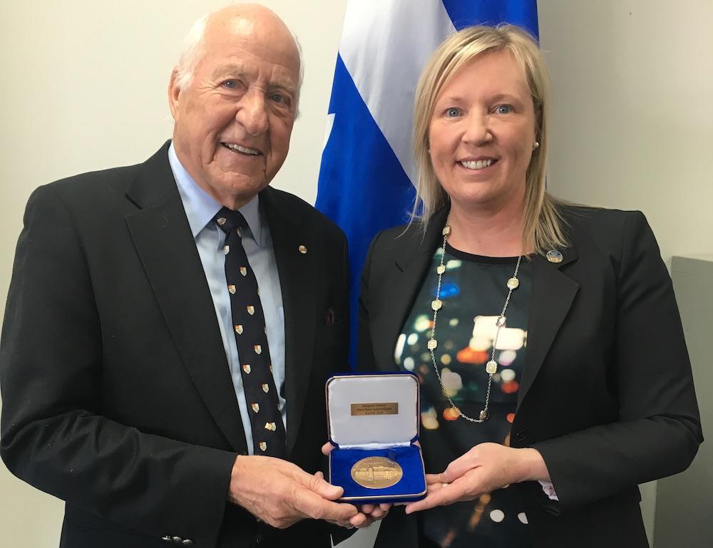 remise medaille Assemblee_nationale a Jacques_Vanier avec deputee Marie-Claude_Nichols photo courtoisie MCN