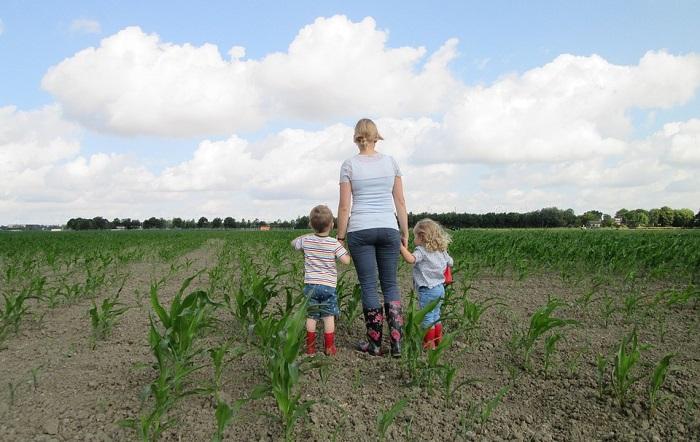 terre agricole mere et enfants ble photo AnnieGje via Pixabay CC0 et INFOSuroit