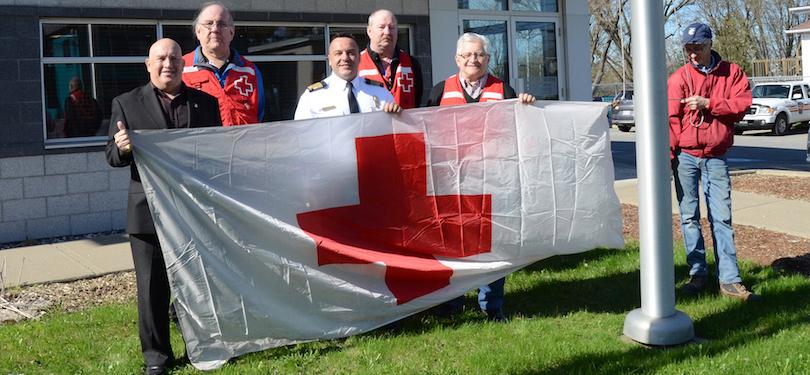 Levee du drapeau Croix-Rouge caserne pompiers ville Chateauguay photo courtoisie