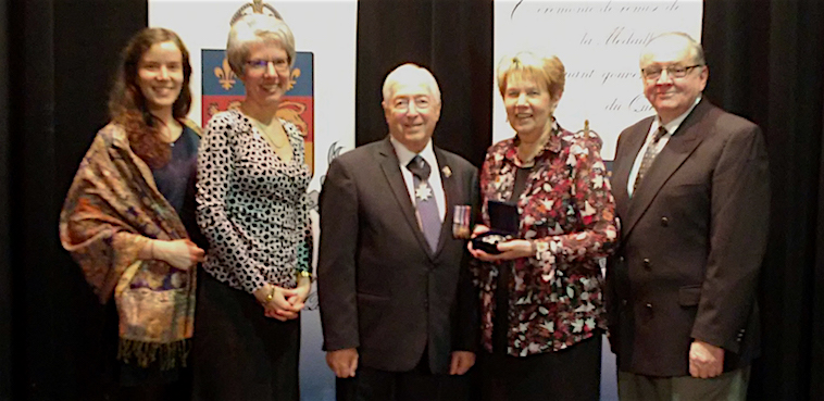 Medaille Lieutenant-gouverneur a Gisele_Bourdeau avec famille et maire photo courtoisie SUP