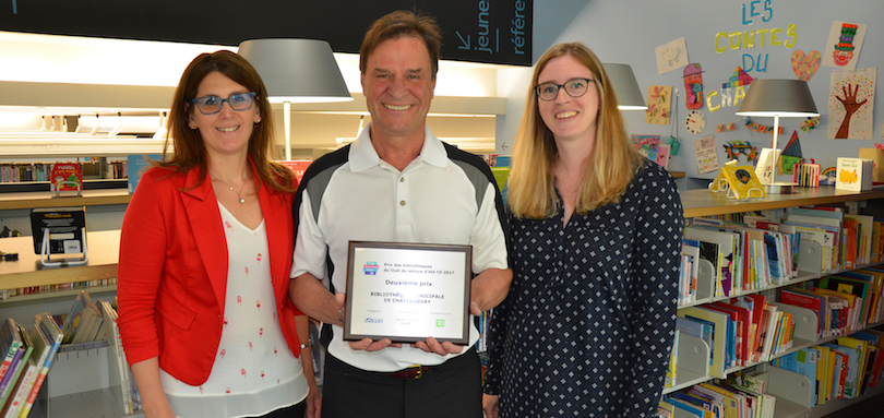 Prix Bibliotheque Veronique_Marcotte Pierre-Paul_Routhier maire Chateauguay et Patricia_Robitaille photo courtoisie VC