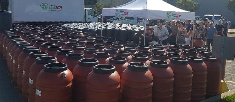 distribution barils recuperateur eau de pluie et composteur Fonds Eco IGA a Chateauguay photo courtoisie VC