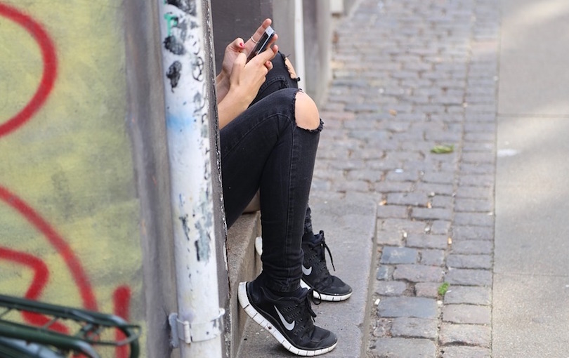 jeunesse adolescente cellulaire photo Marcino via Pixabay CC0 et INFOSuroit