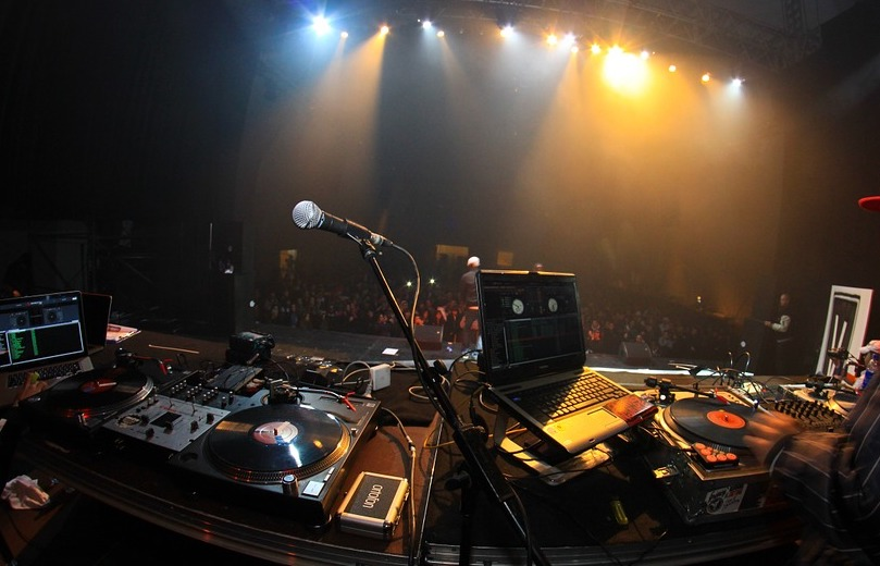 soiree DJ musique electro dance scene photo JorgeJimenez via Pixabay CC0 et INFOSuroit