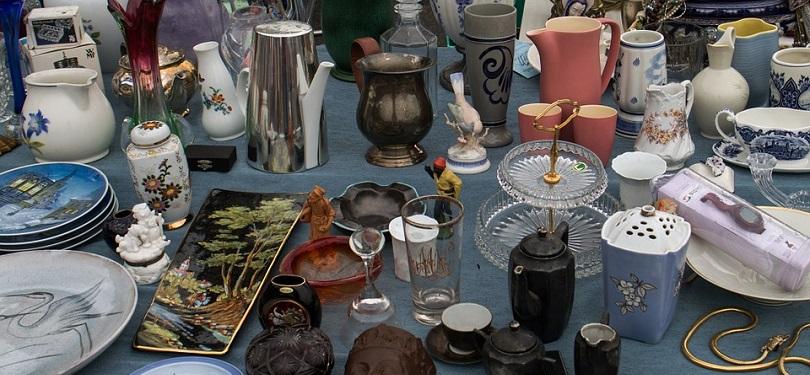 vente de garage assiettes vaisselles verres marche aux puces photo Domeckopol via Pixabay CC0 et INFOSuroit