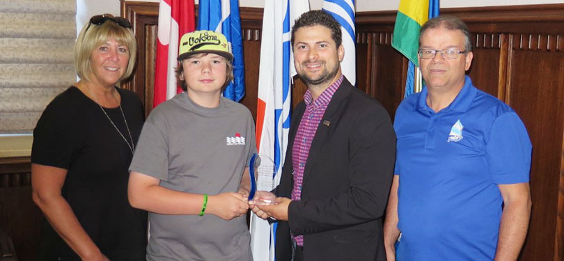 Maire d_un jour Alex_Gagnon avec maire Miguel_Lemieux representant ecole et optimiste photo courtoisie
