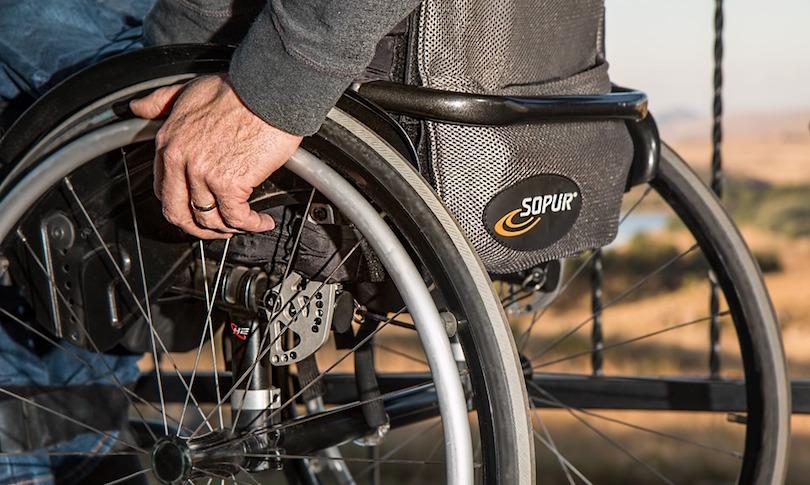 chaise roulante personne mobilite reduite handicap photo Steve Pb via Pixabay CC0 et INFOSuroit
