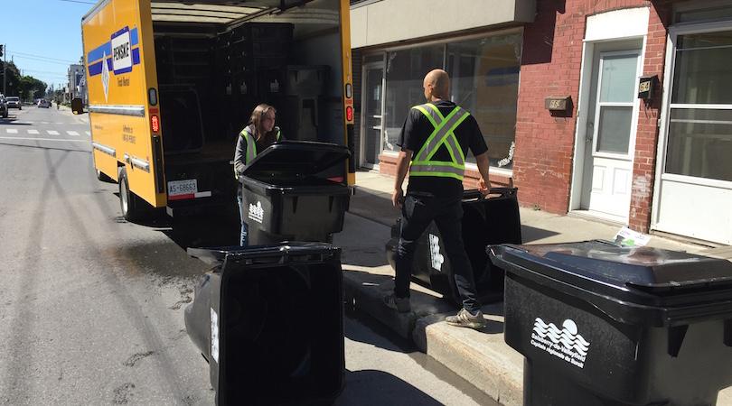 distribution bacs noirs poubelles pour dechets photo courtoisie Ville Valleyfield