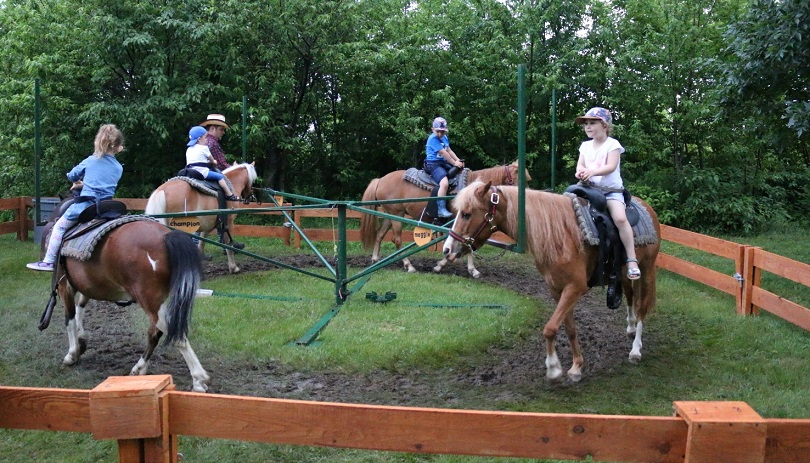 fete nationale St-Urbain-Premier manege tour de poneys enfants photo courtoisie SUP