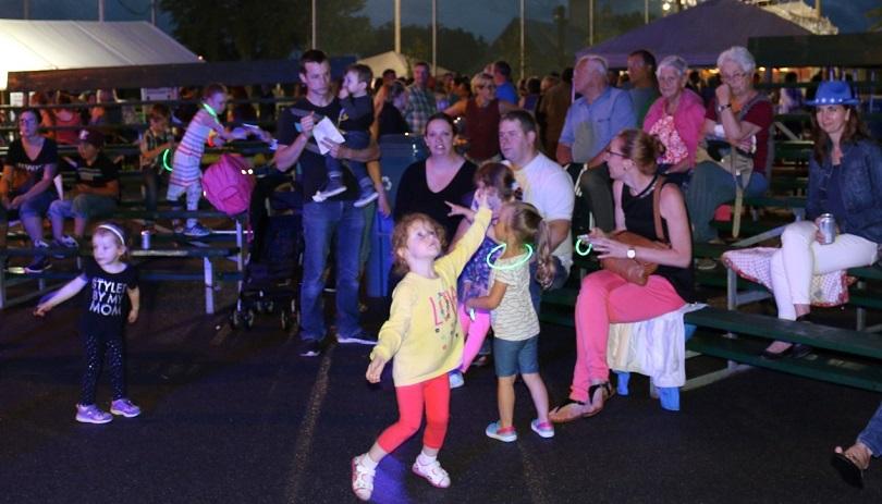fete nationale St-Urbain-Premier spectateurs soir enfants photo courtoisie SUP