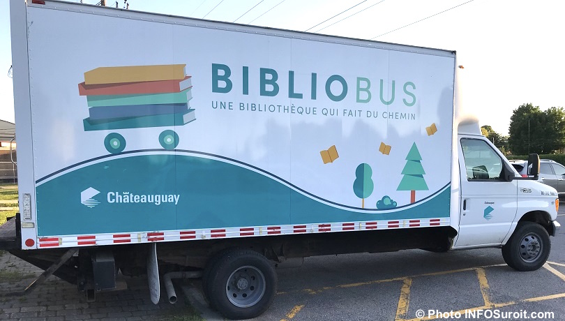 lecture livres bibliobus ville de Chateauguay juin2018 photo INFOSuroit