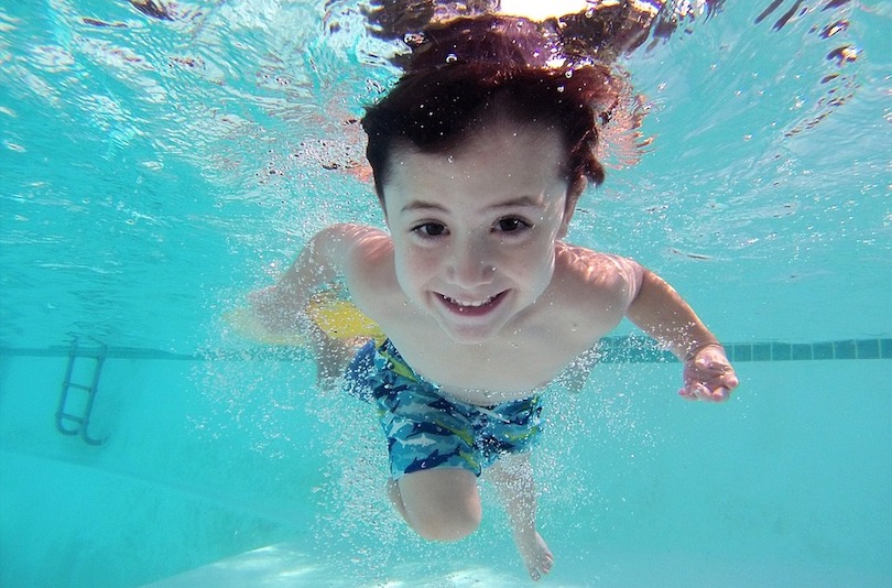 piscine enfant plaisir baignade saison estivale photo Adrit1 via Pixabay CC0 et INFOSuroit