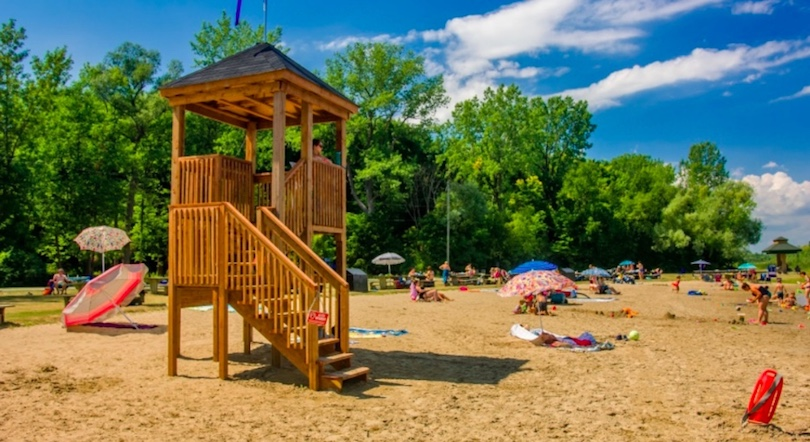 plage parc regional des iles de St-Timothee parasols photo courtoisie