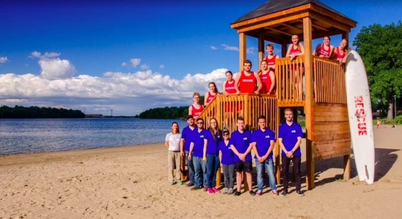 plage parc regional des iles de St-Timothee sauveteur et personnel du parc photo via SdV