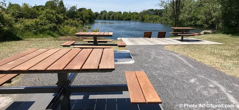 table pique-nique et chaises longues mobilier urbain parc lineaire riviere St-Charles a Valleyfield photo INFOSuroit