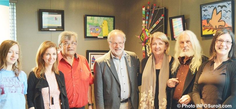 vernissage exposition galerie MRC a Beauharnois elus AVaillancourt et personnel de la Maison des enfants photo INFOSuroit