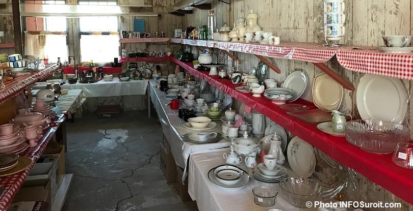 Bazar St-Louis-de-Gonzague vaisselle juillet2018 photo INFOSuroit