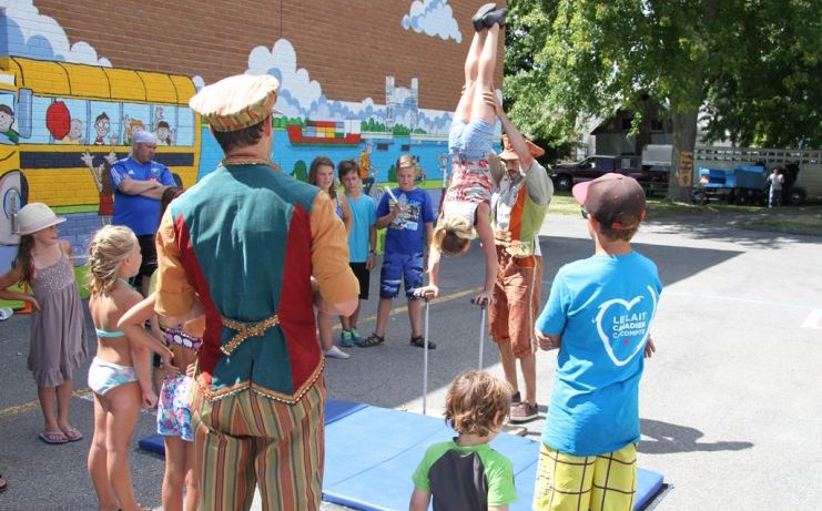 Fete familiale St-Louis-de-Gonzague acrobates enfants photo courtoisie SLG