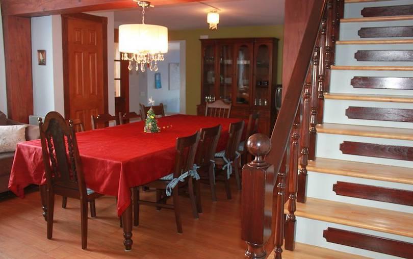 Gite Maison_Laberge de Ste-Martine cuisine escalier photo via Tourisme Beauharnois-Salaberry