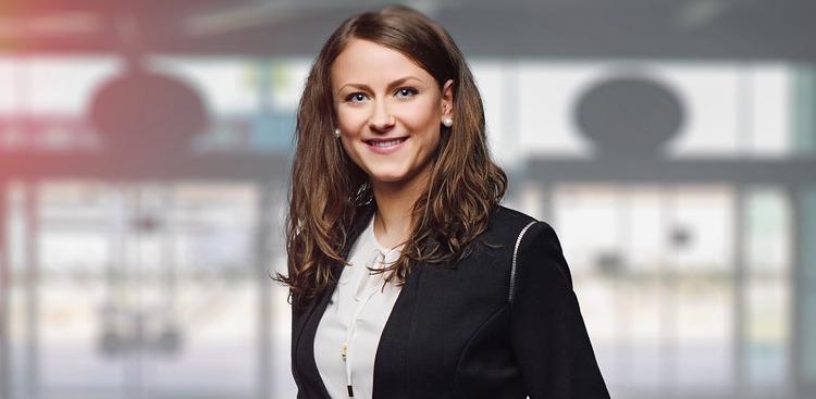 affaires femme business photo FotografieLink via Pixabay CC0 et INFOSuroit
