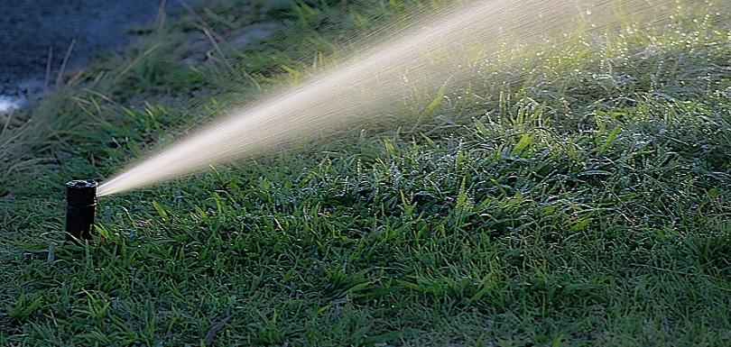 arrosage automatique eau potable gazon pelouse photo Photo-Graphe via Pixabay CC0 et INFOSuroit