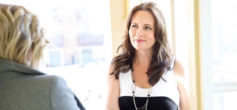 femme affaires reseautage entretien embauche ressources humaines photo Styles66 via Pixabay CC0 et INFOSuroit_com