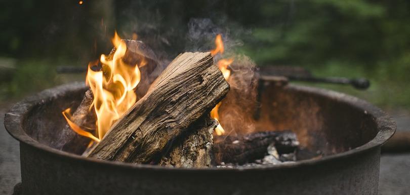 feu de foyer saison estivale bois flammes photo SupremeRyan via Pixabay CC0 et INFOSuroit