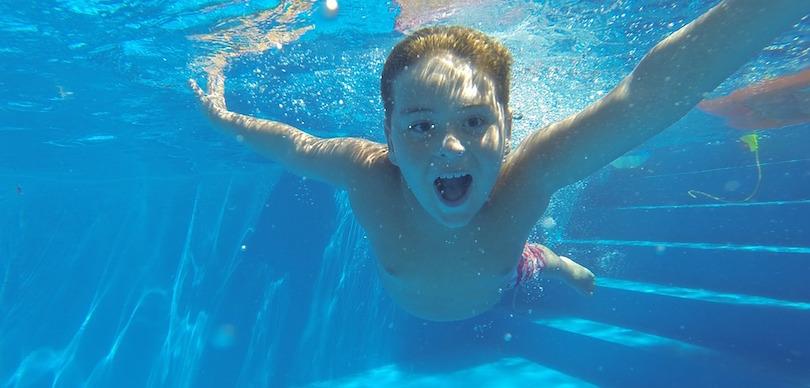piscine enfant eau rafraichir photo Pexels via Pixabay CC0 et INFOSuroit
