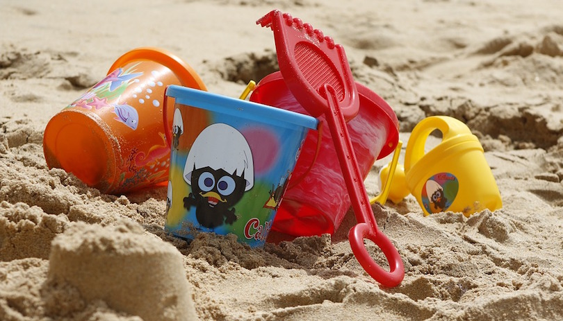 plage sable jouets photo TaniaDimas via Pixabay CC0 et INFOSuroit