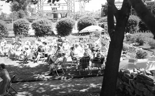 the_a_l_anglaise jardins Mtl Cotton a Valleyfield en 1960 Collection Peter Rozon - Musee de societe des Deux-Rives
