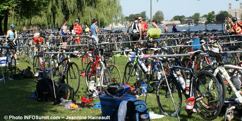 triathlon-Valleyfield-velos-en-attente-dans-parc-Delpha-Sauve-Photo-INFOSuroit-Jeannine_Haineault