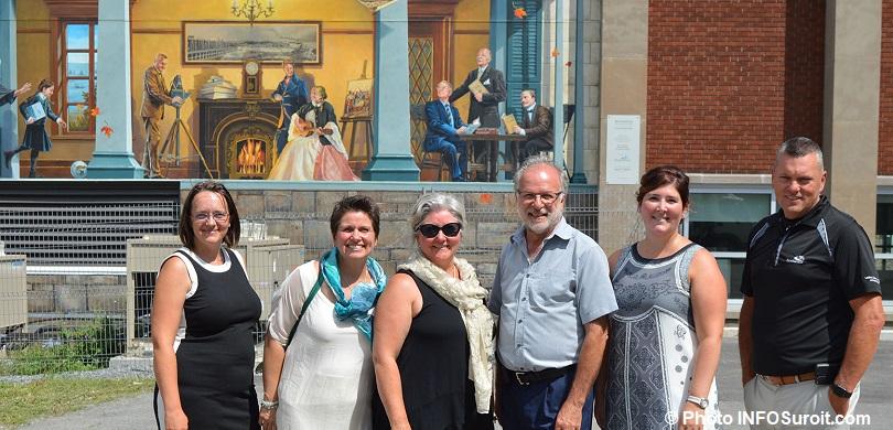 aout2018 inauguration fresque 150 ans Beauharnois artistes avec maire et plus photo INFOSuroit
