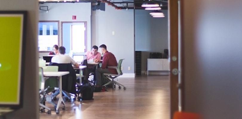 classe cours aux adultes seminaire atelier formation photo StartupStockPhotos via Pixabay CC0 et INFOSuroit